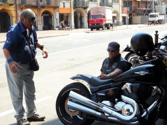 Fachgespräch mit einem Italiener in Saluzzo